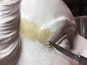 rimozione meccanica dello strato in eccesso di una vecchia stuccatura