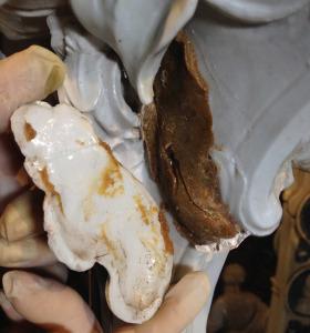 Collante utilizzato dagli artigiani della manifattura utilizzato per far aderire le forme in porcellana di cui è composto il manufatto.